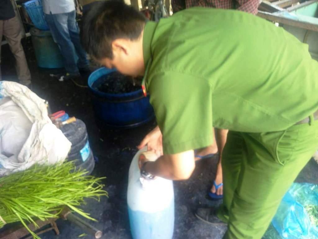 """TP.HCM: Phát hiện 1,5 tấn rau muống """"uống"""" hóa chất nhuộm quần áo - 2"""