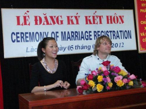 Cô bé H'mông nói tiếng Anh như gió nay đã lấy chồng Tây - 3