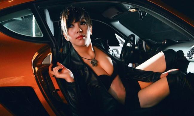 Người đẹp có màn lột đồ khoe hình thể bốc lửa bên xe, khiến người xem không thể rời mắt.