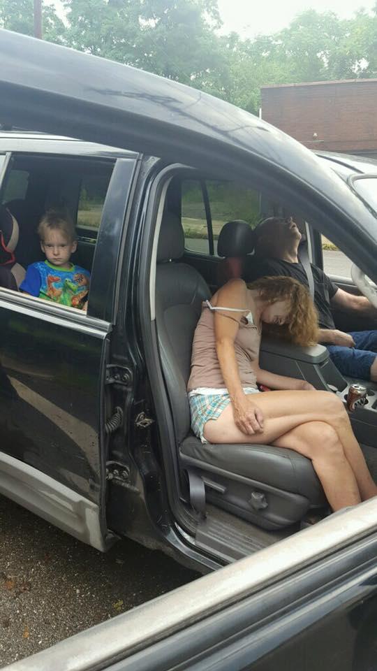 Mỹ: Phẫn nộ bức ảnh bố mẹ phê thuốc, mặc con sau ô tô - 1