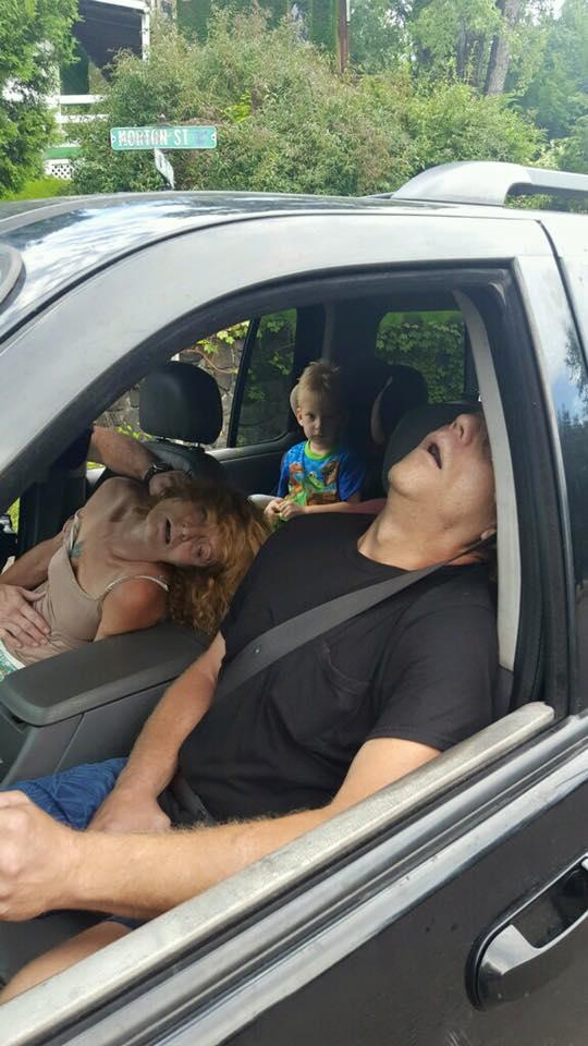 Mỹ: Phẫn nộ bức ảnh bố mẹ phê thuốc, mặc con sau ô tô - 2
