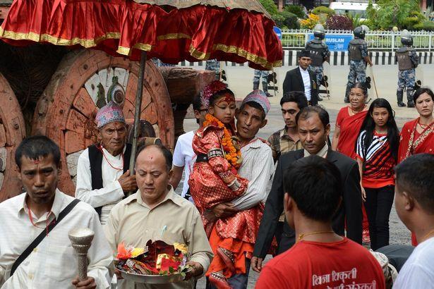 Nepal: Tôn bé gái 7 tuổi làm nữ thần vì có giọng như vịt - 2