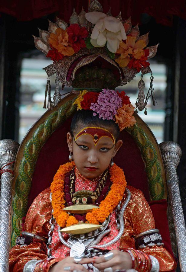 Nepal: Tôn bé gái 7 tuổi làm nữ thần vì có giọng như vịt - 4