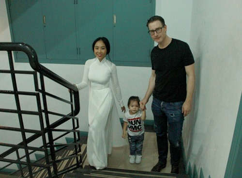 """Chồng Tây và con gái """"hộ tống"""" Đoan Trang đi diễn - 1"""