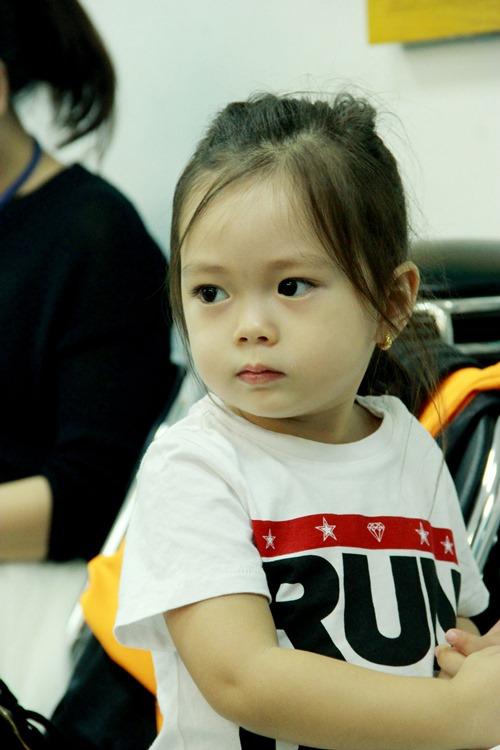 """Chồng Tây và con gái """"hộ tống"""" Đoan Trang đi diễn - 4"""