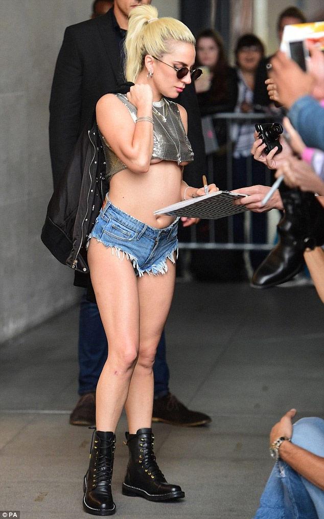 """""""Mắt tròn mắt dẹt"""" vì quần 5cm cũn cỡn của Lady Gaga - 6"""