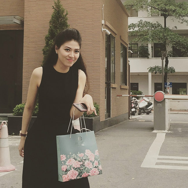 Cô sinh năm 1986, là cựu sinh viên trường Học viện Báo chí và Tuyên truyền. & nbsp;