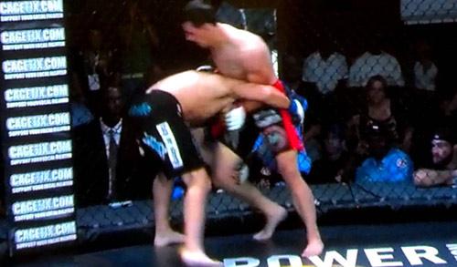 """MMA: Võ sĩ """"tởn"""" đến già vì bị ngất vẫn ăn đấm - 1"""