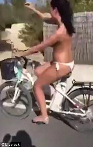 Cô gái ngực trần vừa đạp xe vừa hát và cái kết ê chề - 3