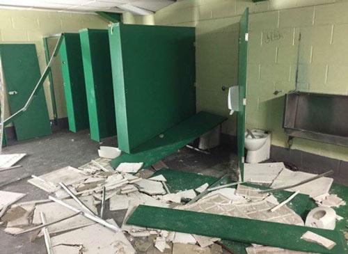 Siêu kinh điển Scotland: CĐV đập phá toilet vì thua thảm - 3