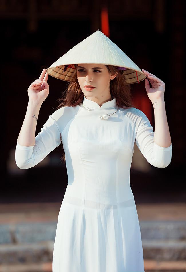 Cô nàng khoe vẻ đẹp dịu dàng, thướt tha trong tà áo dài trắng.