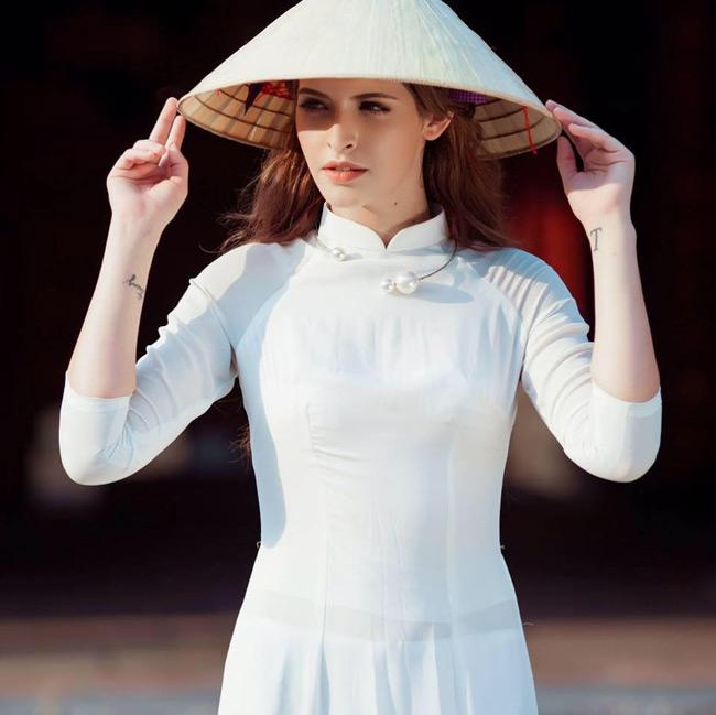 Cùng với nón lá, hot girl gốc Tây Ban Nha khiến người hâm mộ bất ngờ với hình ảnh mới của mình.