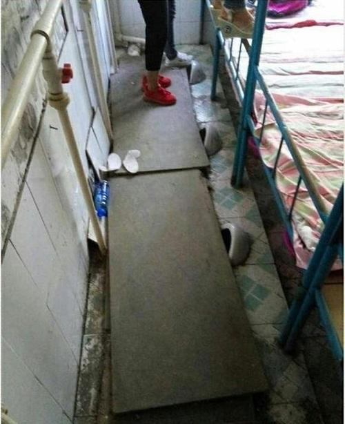 Kinh hoàng ký túc xá được cải tạo từ nhà vệ sinh ở TQ - 1