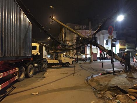 Hãi hùng container vướng dây cáp, kéo đổ hai cột điện - 1