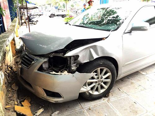 Ô tô mất lái giữa giao lộ, đâm người đàn ông bắn lên vỉa hè - 1