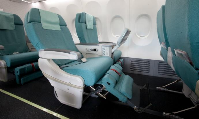 Khách Hàn Quốc vung chân đá hỏng ghế máy bay - 1
