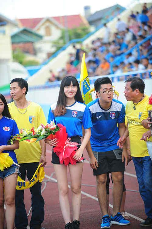 """Dàn hot girl cuồng nhiệt khiến sân Cẩm Phả """"rực lửa"""" - 11"""