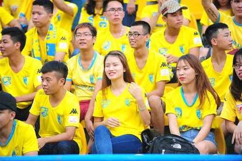 """Dàn hot girl cuồng nhiệt khiến sân Cẩm Phả """"rực lửa"""" - 12"""