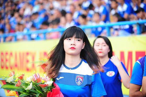 """Dàn hot girl cuồng nhiệt khiến sân Cẩm Phả """"rực lửa"""" - 10"""