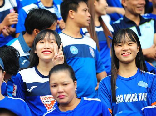 """Dàn hot girl cuồng nhiệt khiến sân Cẩm Phả """"rực lửa"""" - 6"""