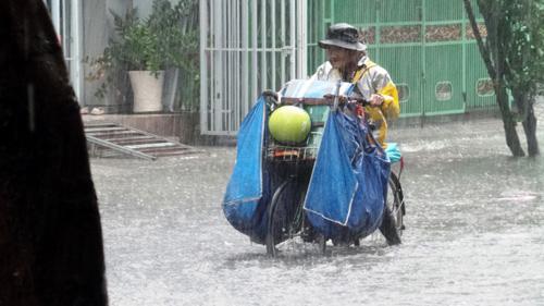Người Sài Gòn rẽ sóng về nhà sau trận mưa như trút nước - 2