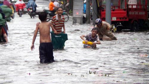 Người Sài Gòn rẽ sóng về nhà sau trận mưa như trút nước - 1