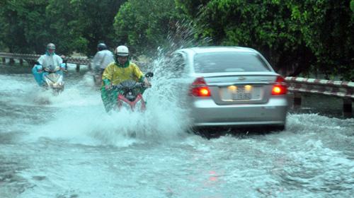 Người Sài Gòn rẽ sóng về nhà sau trận mưa như trút nước - 3