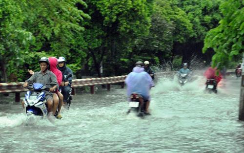 Người Sài Gòn rẽ sóng về nhà sau trận mưa như trút nước - 4