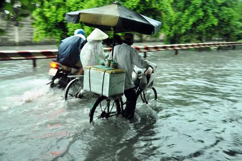 Người Sài Gòn rẽ sóng về nhà sau trận mưa như trút nước - 8