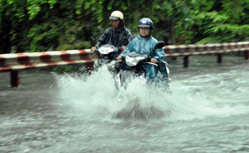 Người Sài Gòn rẽ sóng về nhà sau trận mưa như trút nước - 7