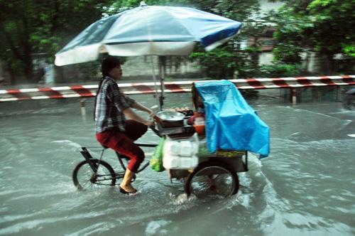 Người Sài Gòn rẽ sóng về nhà sau trận mưa như trút nước - 9