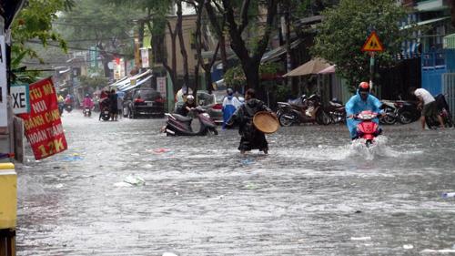Người Sài Gòn rẽ sóng về nhà sau trận mưa như trút nước - 10