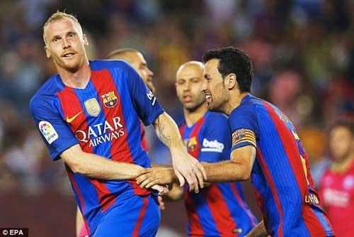 Barca thua sốc vì xoay vòng quá đà: Giá của tự mãn - 1