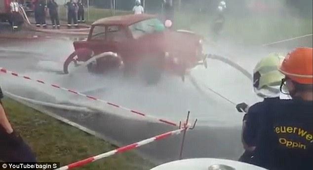 Video: Dùng vòi nước phun cho ô tô bay lên cao - 2