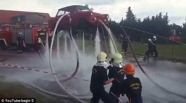 Video: Dùng vòi nước phun cho ô tô bay lên cao - 3