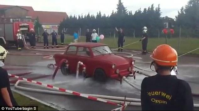 Video: Dùng vòi nước phun cho ô tô bay lên cao - 1