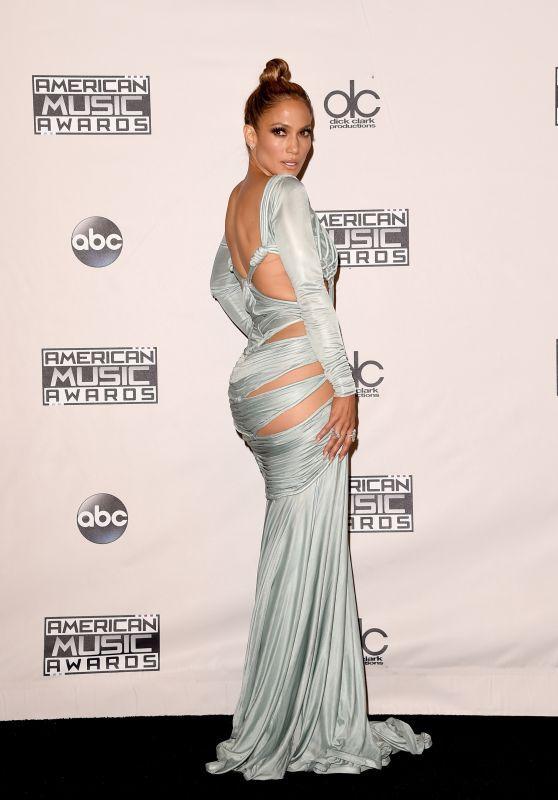 47 tuổi, Jennifer Lopez vẫn giữ được thân hình bốc lửa - 2