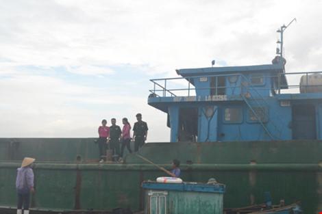 """Bắt giữ tàu đổ chất thải """"lạ"""" xuống biển Thanh Hóa, Nghệ An - 1"""