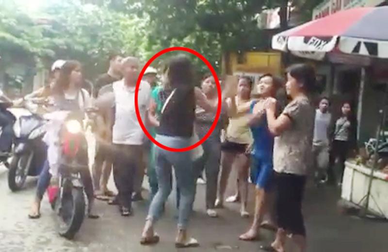 Clip: Nữ sinh cầm dao rượt nhau, đánh cả người lớn - 2
