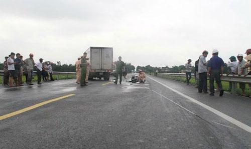 """Xe máy """"kẹp 4"""" đối đầu xe tải, 4 người thương vong - 1"""