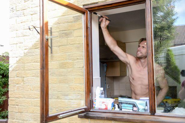 Chàng thợ mộc đẹp trai, chuyên khỏa thân sửa nhà ở Anh - 1