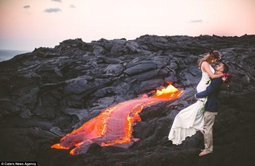 Cặp đôi chụp ảnh cưới bên dòng dung nham nóng chảy - 1