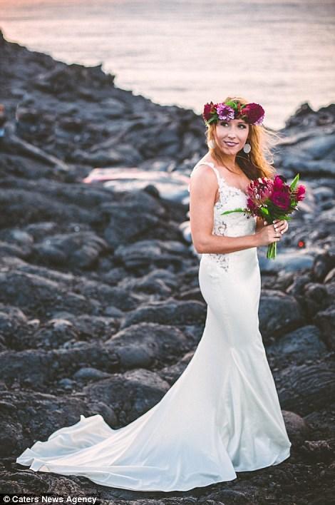 Cặp đôi chụp ảnh cưới bên dòng dung nham nóng chảy - 10