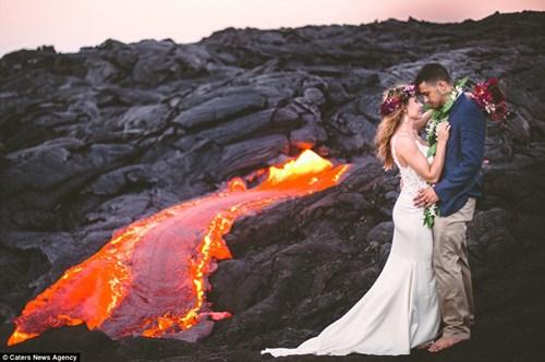Cặp đôi chụp ảnh cưới bên dòng dung nham nóng chảy - 2