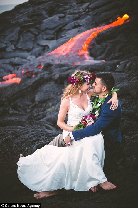 Cặp đôi chụp ảnh cưới bên dòng dung nham nóng chảy - 3