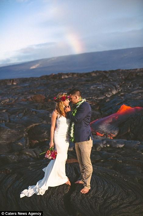 Cặp đôi chụp ảnh cưới bên dòng dung nham nóng chảy - 4