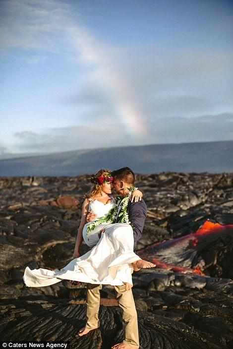 Cặp đôi chụp ảnh cưới bên dòng dung nham nóng chảy - 5