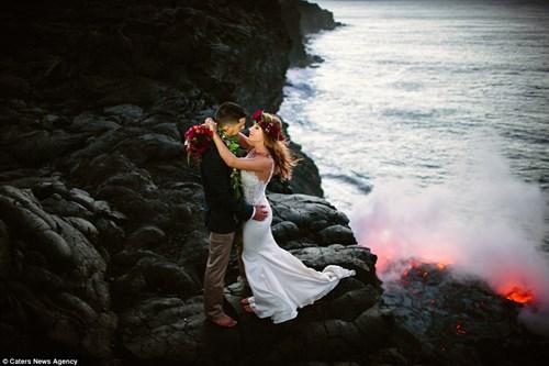 Cặp đôi chụp ảnh cưới bên dòng dung nham nóng chảy - 6