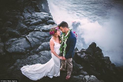 Cặp đôi chụp ảnh cưới bên dòng dung nham nóng chảy - 8
