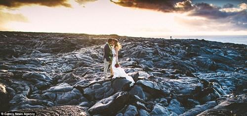 Cặp đôi chụp ảnh cưới bên dòng dung nham nóng chảy - 9
